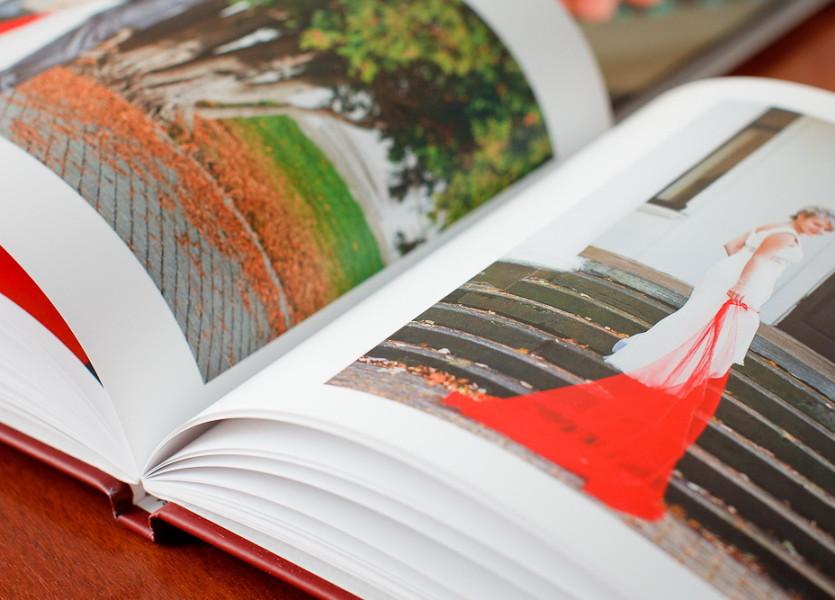 Стандарт – это фотокнига размером 25×20 сантиметров (50×20 в развороте), объемом от 80 до 120 страниц. Обложка – твердая, с картинкой :)
