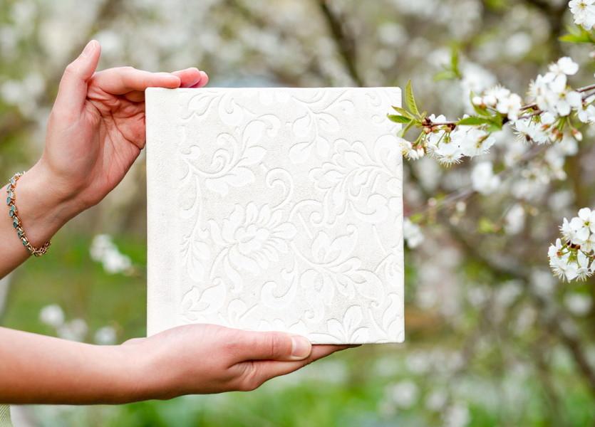 Мини фотокнига 18x18 в тканевой обложке с тисненым узором на растительную тематику