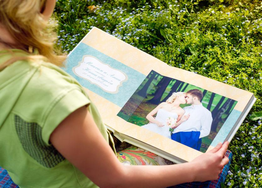 Титульный разворот  фотокниги с именами молодоженов и датой свадьбы.