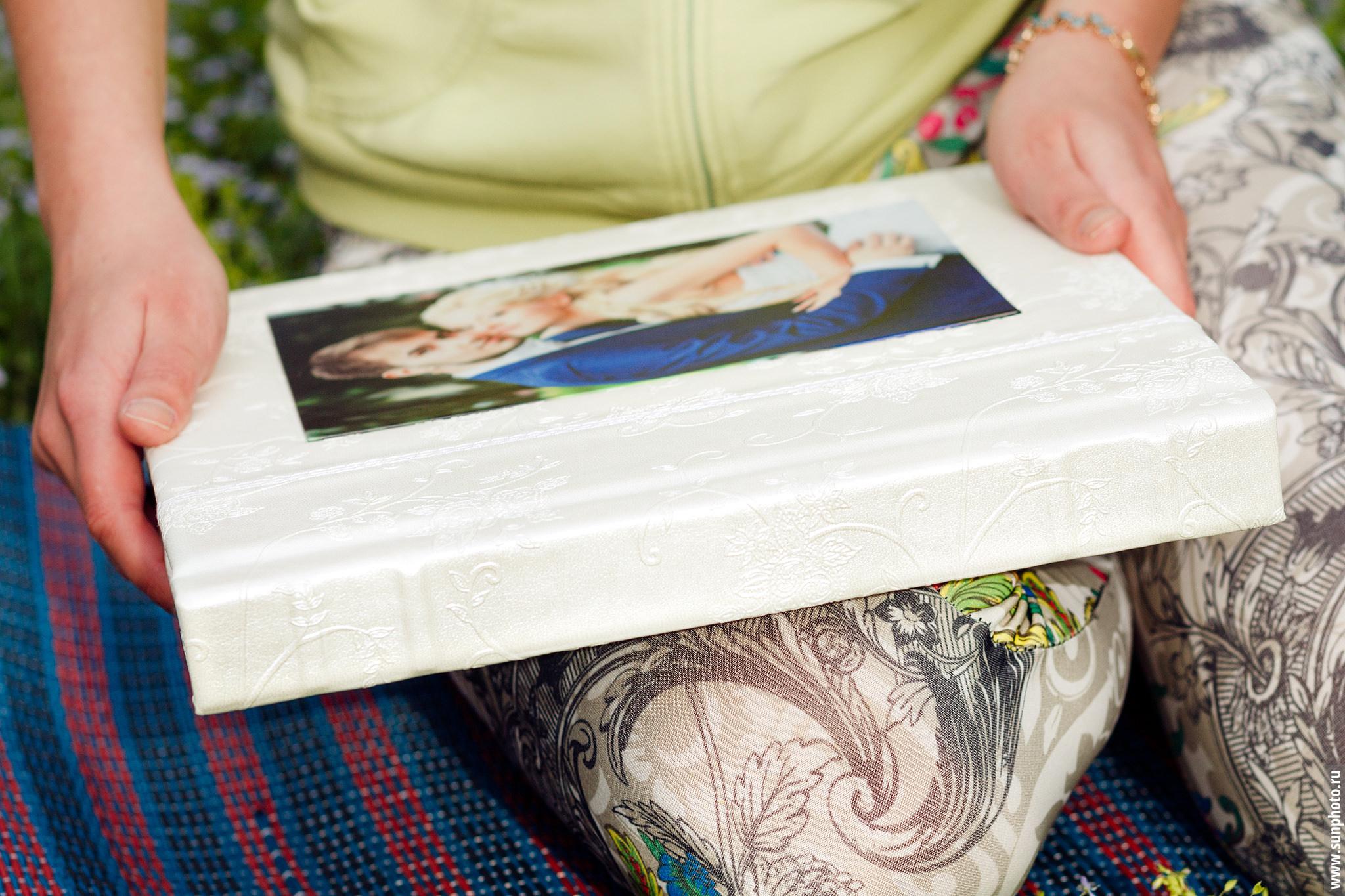 Пример классической свадебной фотокниги в обложке из искусственной кожи и фотовставкой
