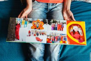 Пример разворота фотоальбома на выпускной в детском саду - фотосессия на улице