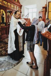 Отец Дионисий передает новокрещенную девочку матери