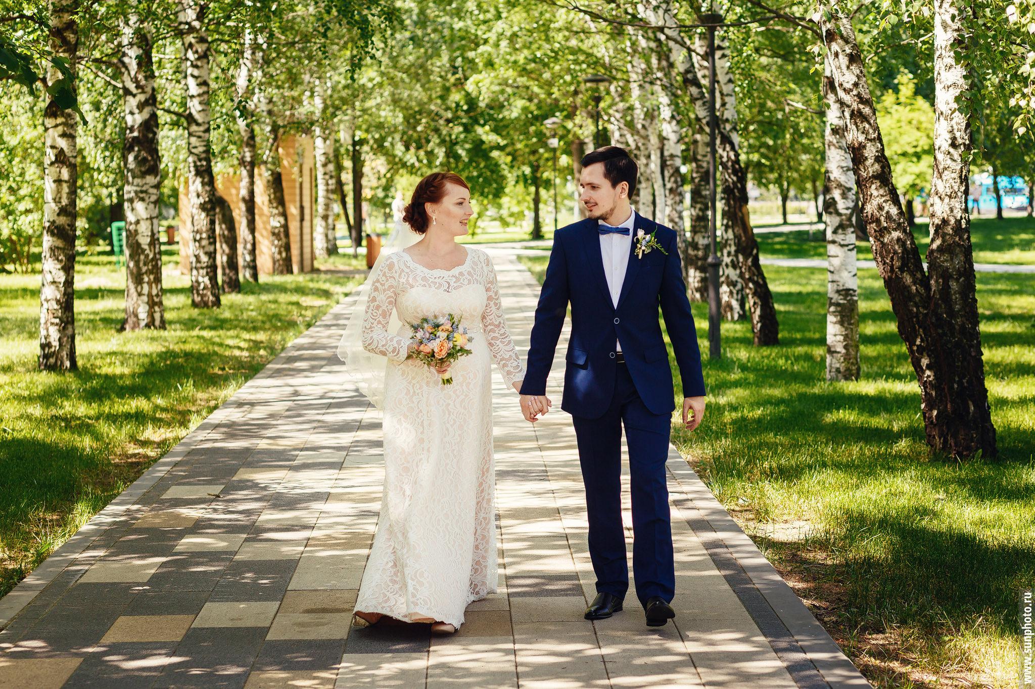 Фото с небольшой и уютной свадьбы Николая и Елены. Роспись в ЗАГСе на ВДНХ, свадебная прогулка в Парке Будущего.